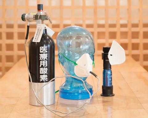 医療用酸素ボンベと紙マスク