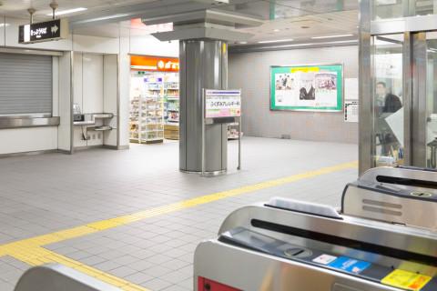地下鉄天満橋駅4番出口に向かう改札
